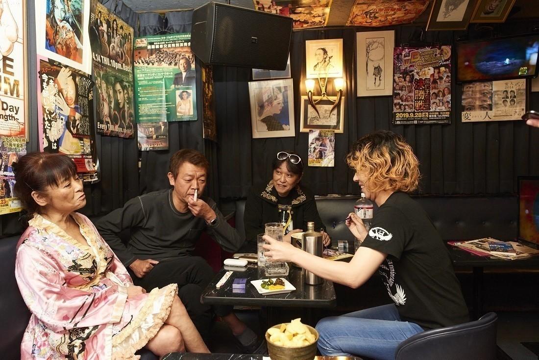 前回登場の「港埼」真由美ママ(左)も緊急参戦!