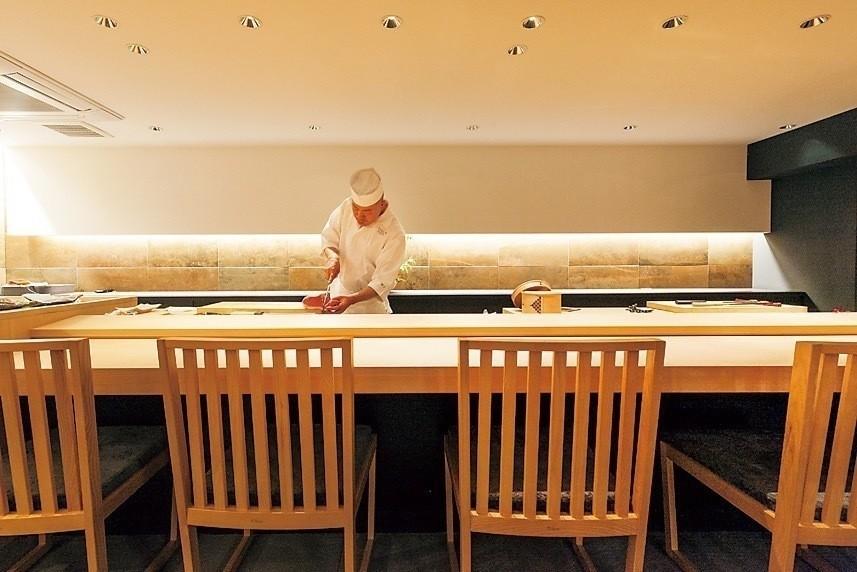 階段を上がるとヒノキのカウンターの『SUSHI B GINZA』が出現。