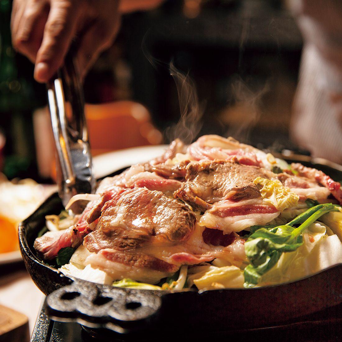 敷き詰められた新鮮な野菜の上で、蒸し焼きにした羊肉をレアでいただく。