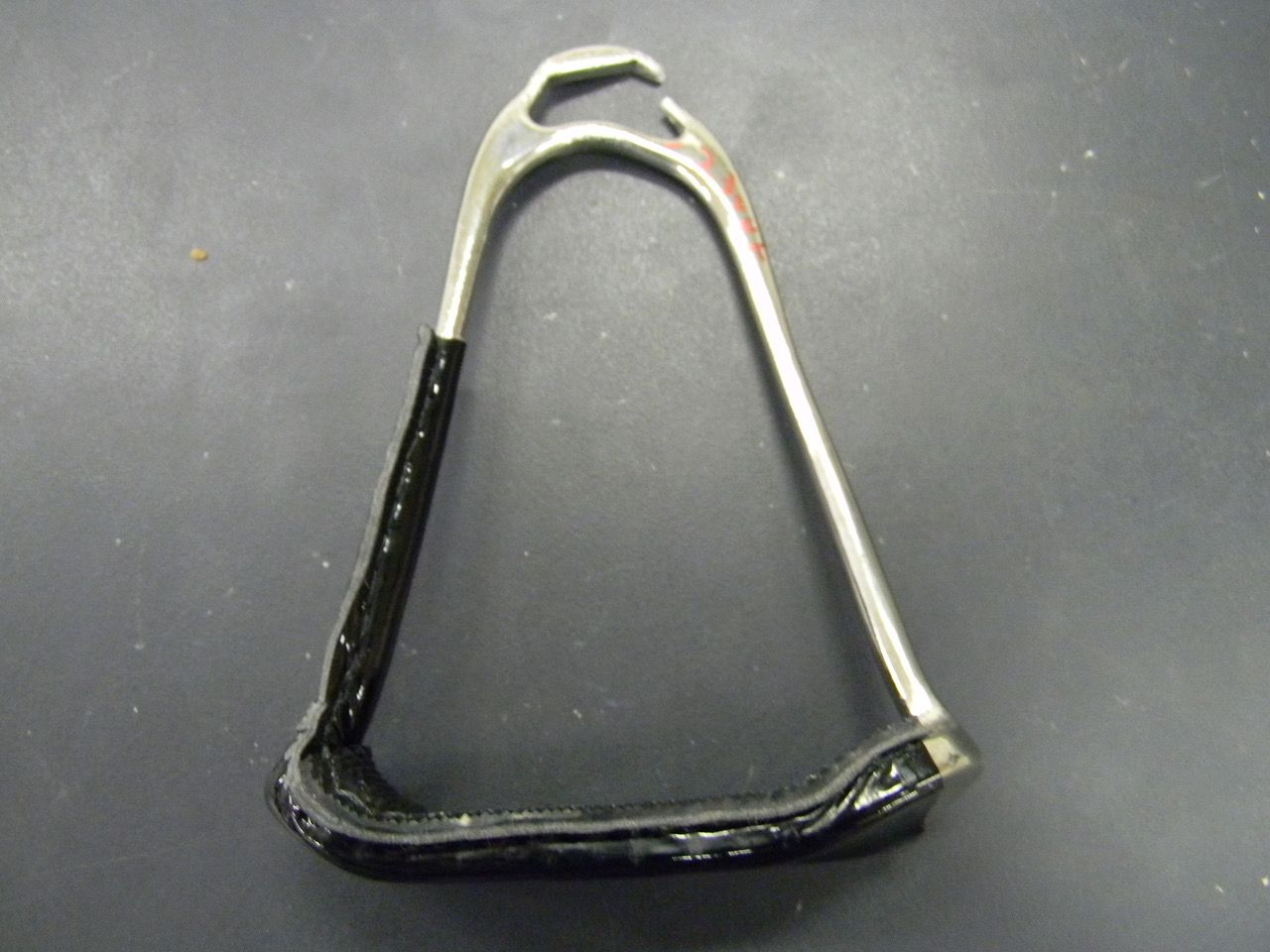 現在、武豊騎手が使っているスレンレスタイプは、15.6kNと一番数値が高かった。