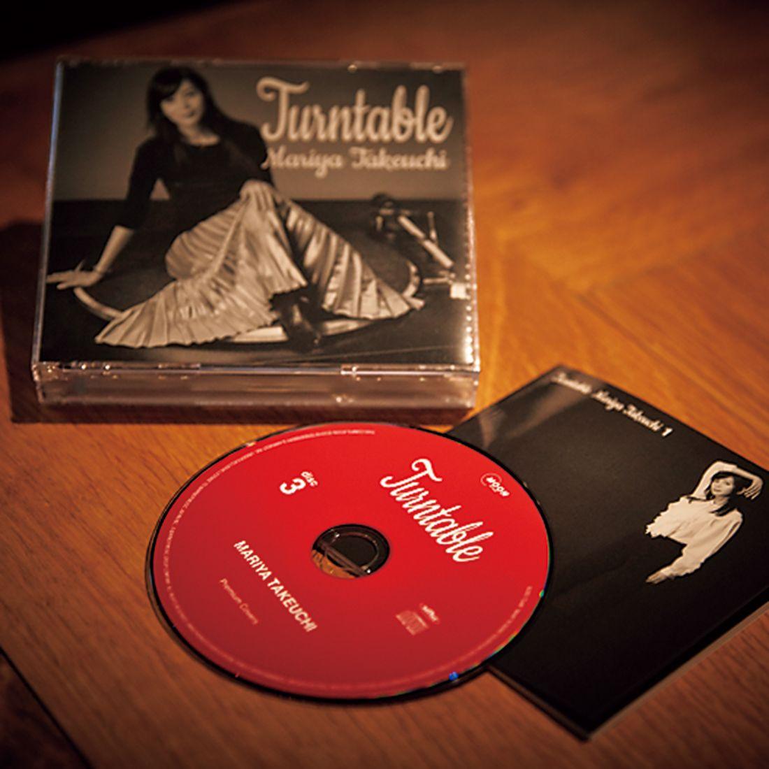 店内には、竹内まりやのアルバム『ターンテーブル』が流れる。