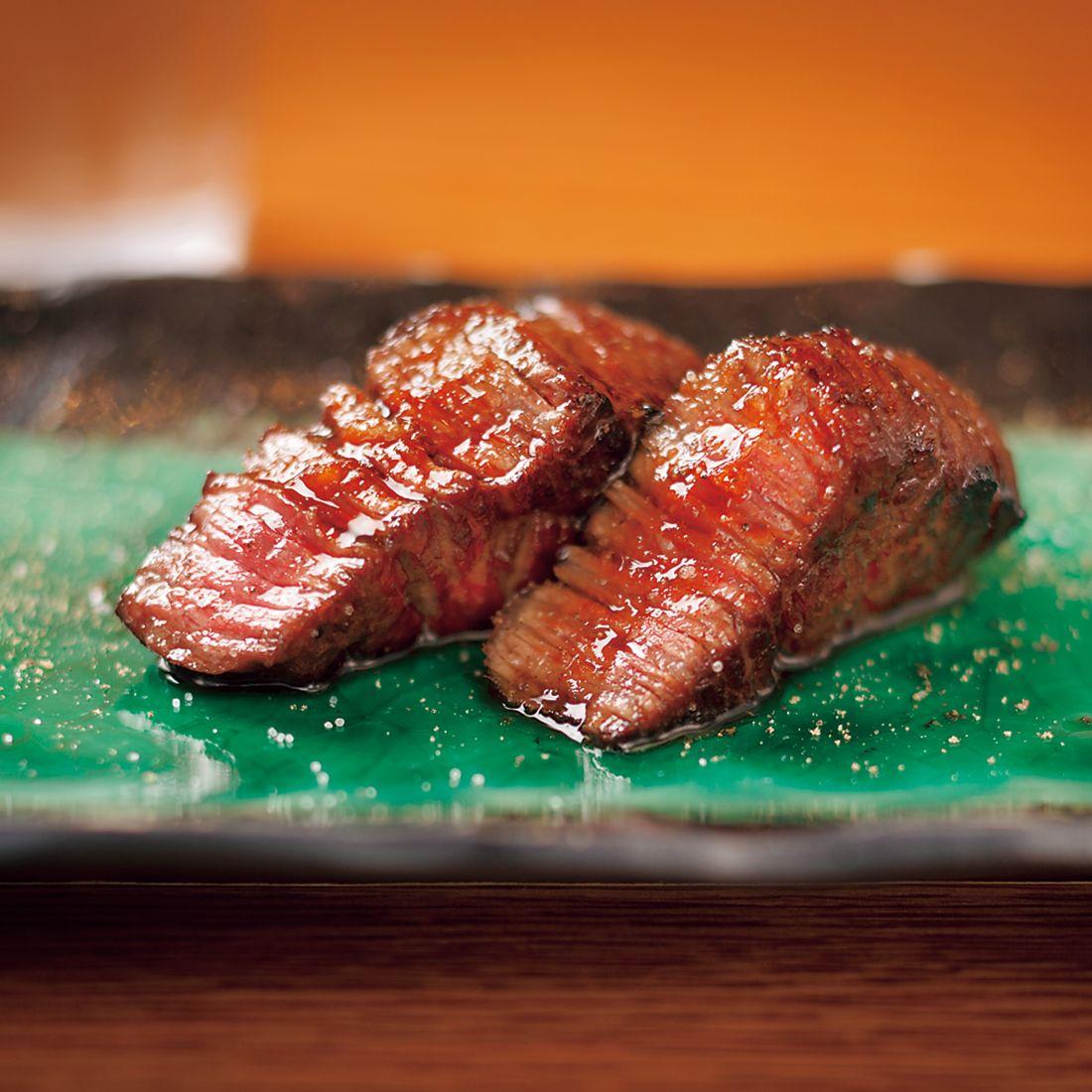 肉は少量ずつ店主がベストな焼き加減に仕上げてくれる。
