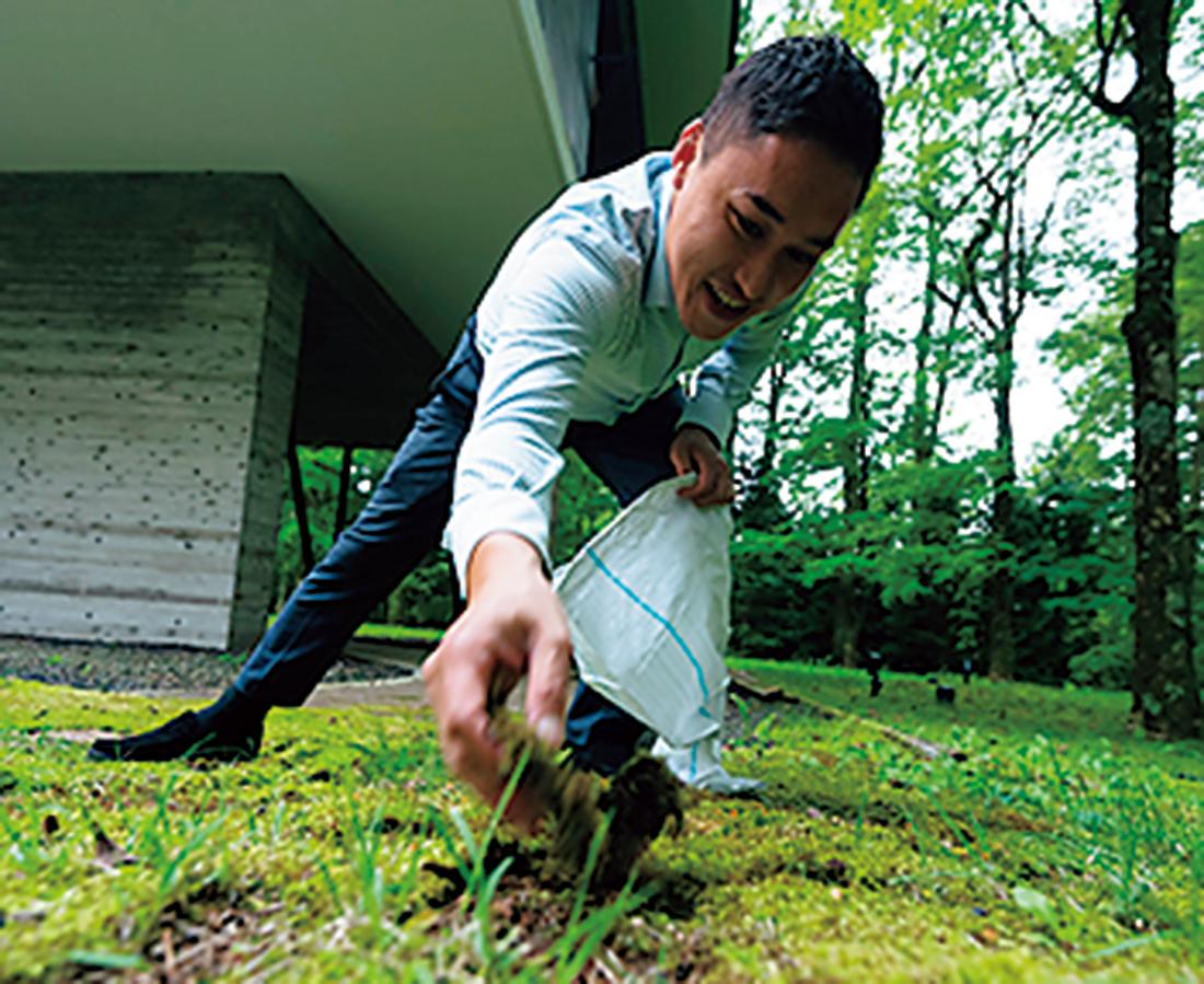 庭の苔がイノシ シによって荒らされているのを地道に戻す大悟さん。
