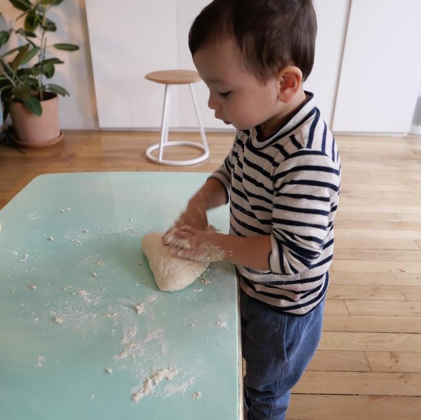 2歳半の息子との料理をする様子やレシピを公開している。