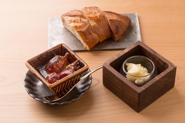 自家製パンと自家製バター、稚鮎のディップ。