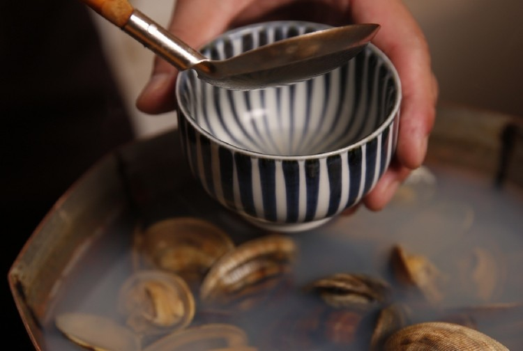 食事は体を温めるために一杯の出汁をいただくところからはじまる。