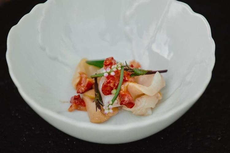 お代わり貝の愛称を持つ、七尾湾のアカニシ貝にツルムラサキを添えた一品。