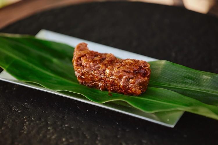 エチェバリのスペシャリテ、チョリソーをイノシシで。詰めるのではなく、そのまま成形し、味付けはパプリカ、ニンニク、塩。