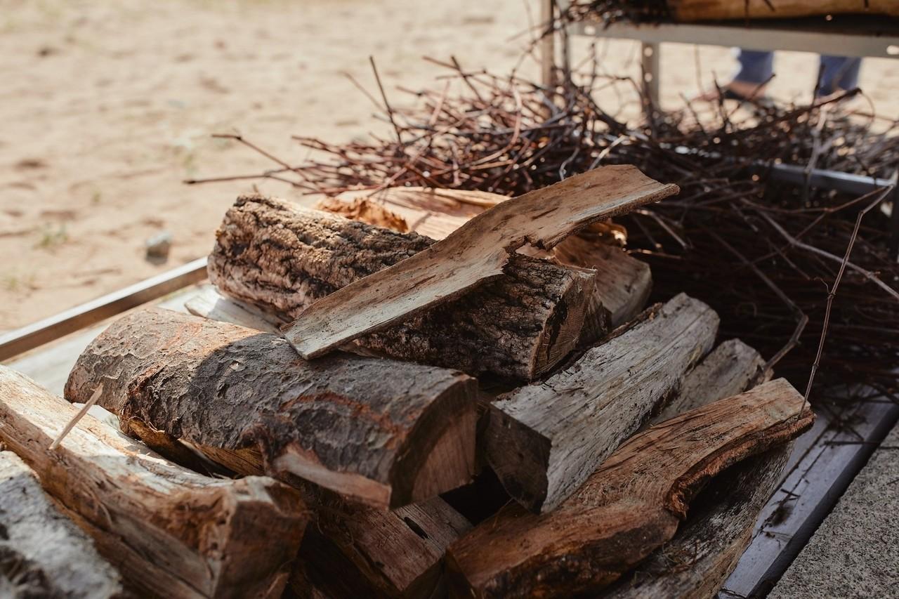 前田氏が調理のために使うのはぶどうの木とナラの木。