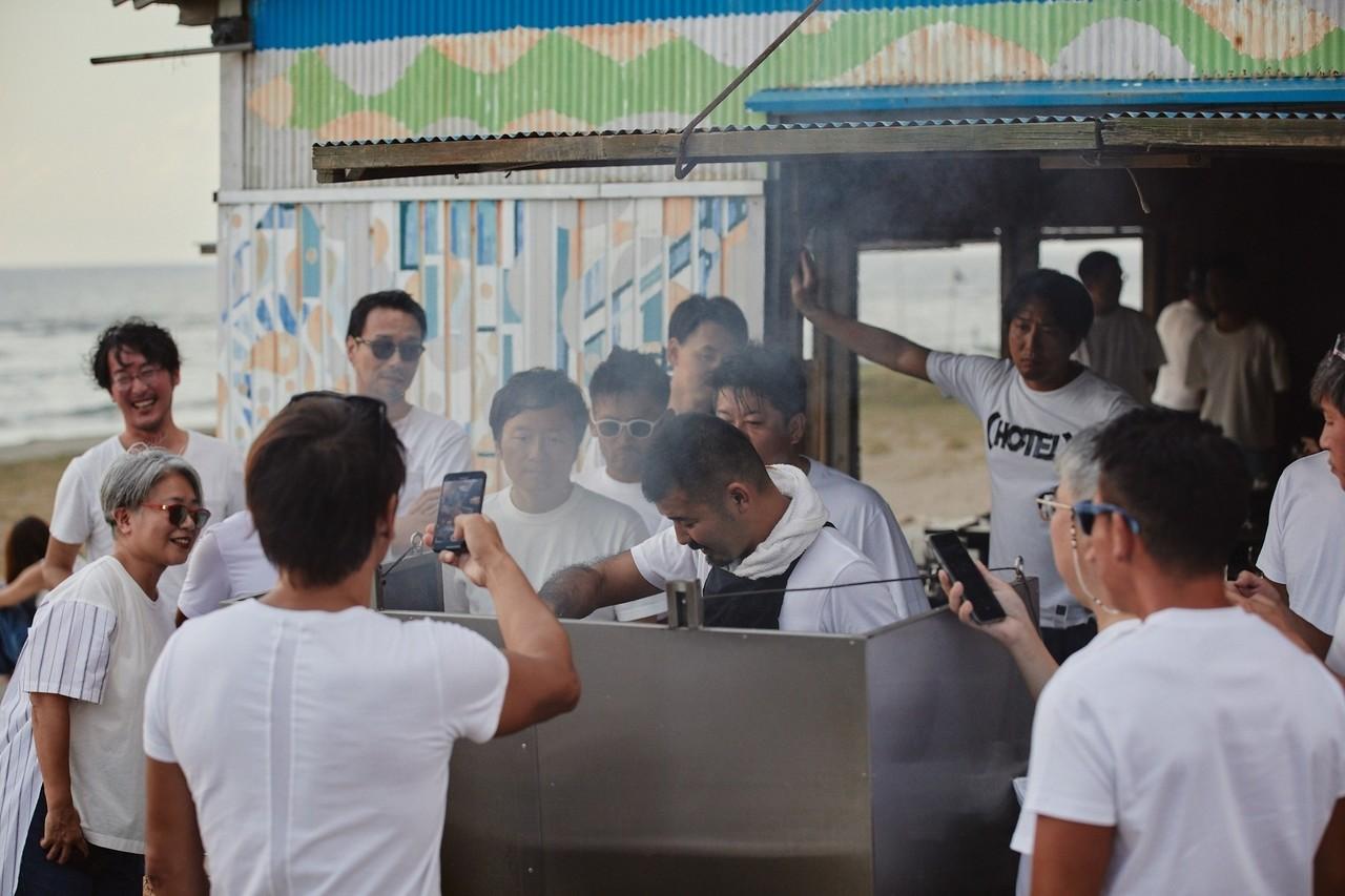 東京では分刻みのスケジュールをこなしている経営者たちが、3時間半かけて金沢の海岸までTシャツにデニム姿で駆けつけた。