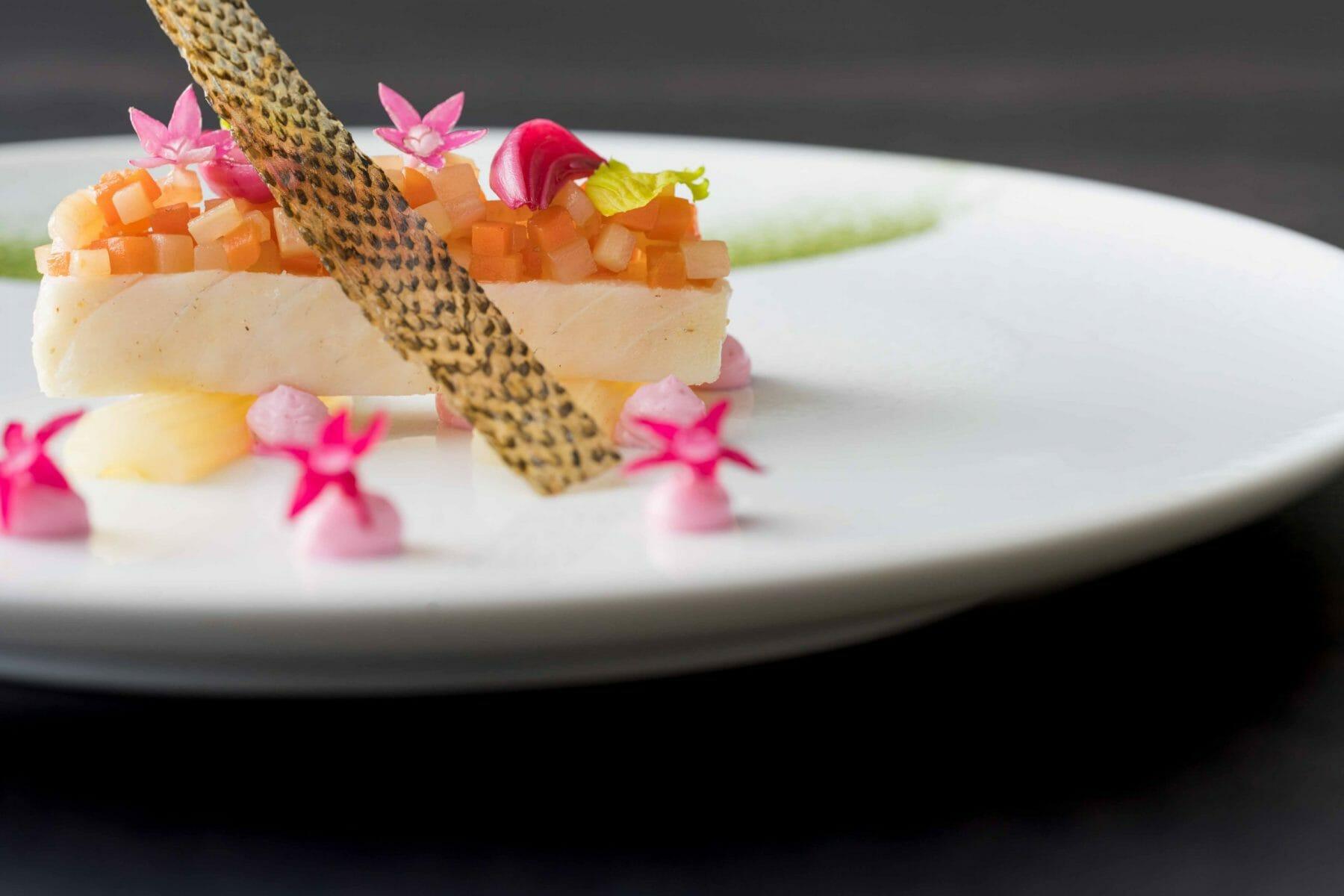 スズキのマリネ 生姜、ピンクペッパー風味のセロリとともに