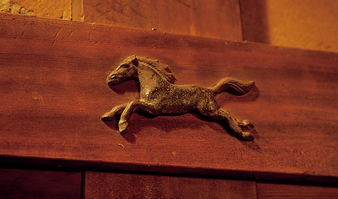馬をかたどった釘隠し。