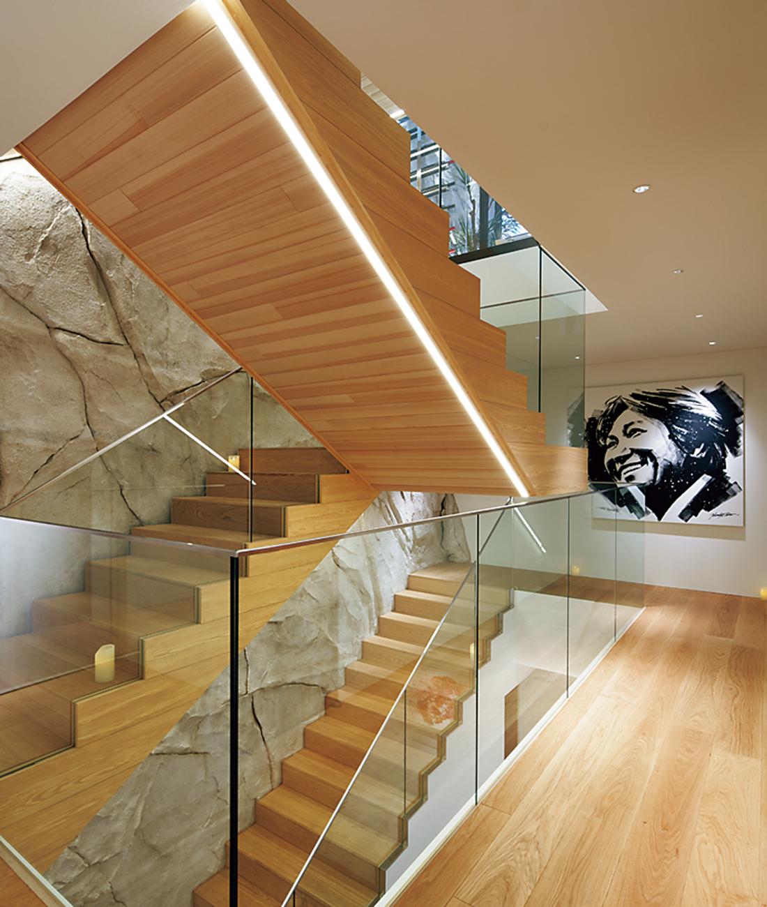 階段下のエッジに埋めこまれた照明