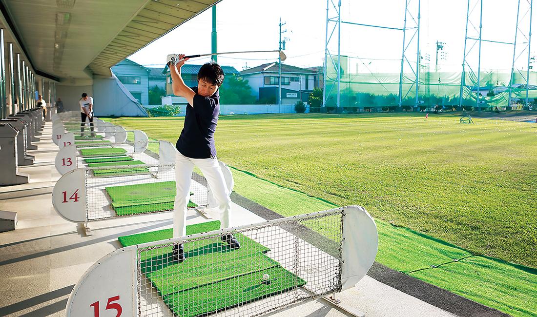 愛用するゴルフクラブ「MUQU」のフィッティングを行うために打ちっぱなしのゴル練習場へ。