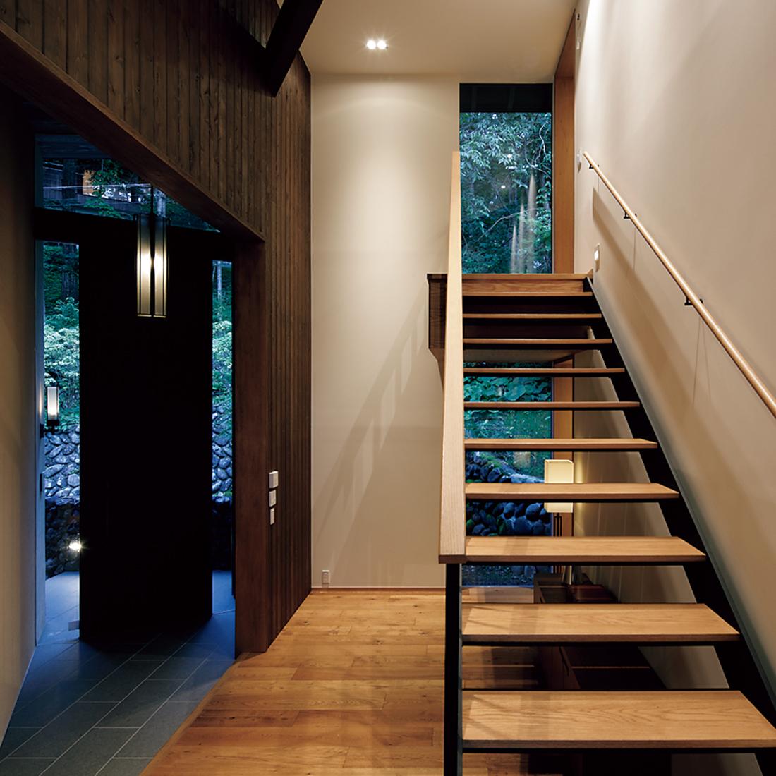 入り口を入ると、短い階段が。
