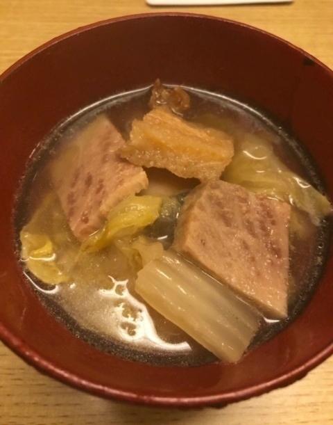 鯨(イワシ鯨のサエズリとナガス鯨のコロ)と白菜の煮物。