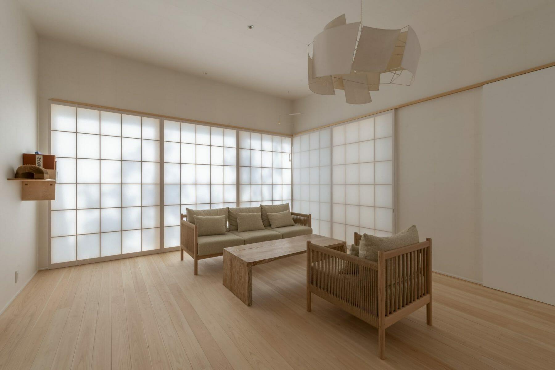 紙季(しき)/天井と壁も和紙貼り。障子を通した光に包まれる。