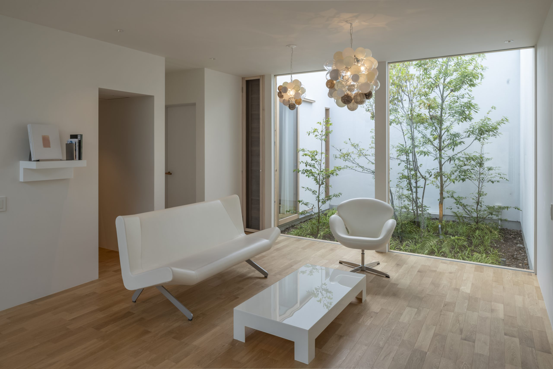 硝白(しょうはく)/硝子がテーマ。清潔感と透明感に満たされる空間。