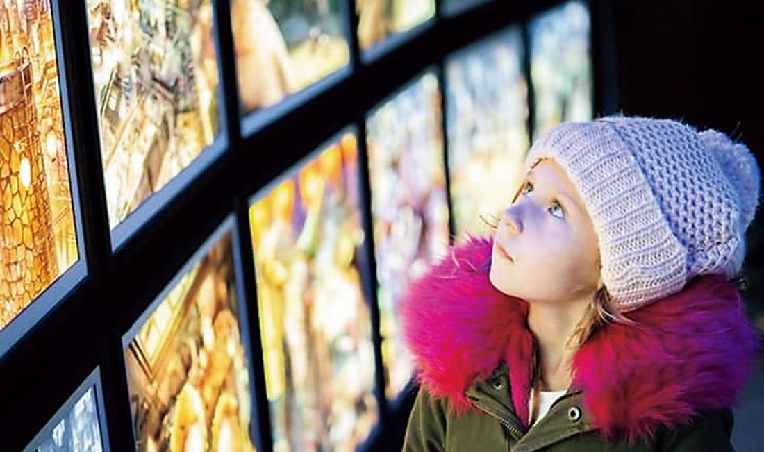 パリ・エッフェル塔での「にしのあきひろ 光る絵本展」