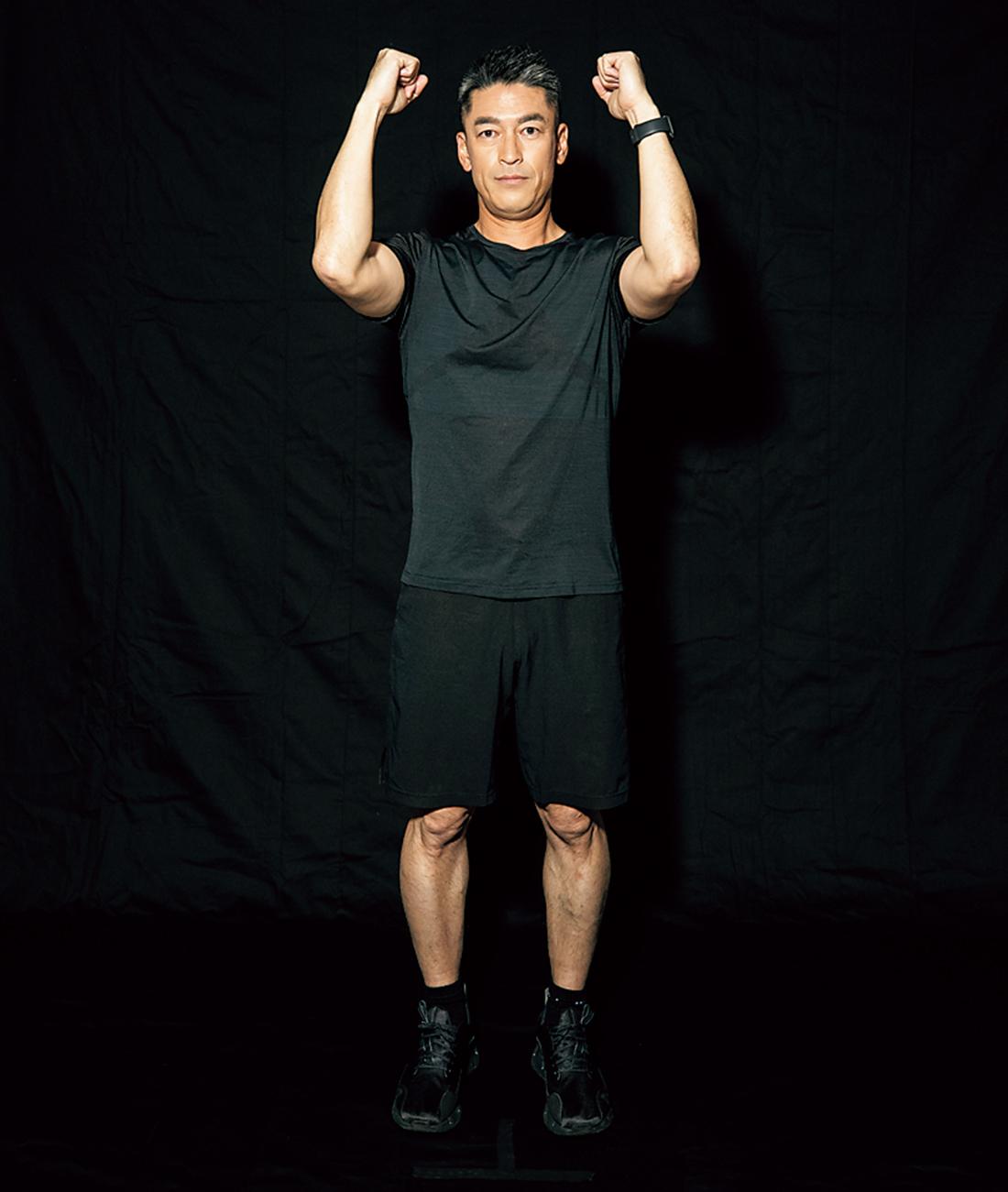 【STEP1 & STEP3】 両足を軽く開いて立ち、両肘を軽く曲げ、腕を肩の高さくらいまで上げる。