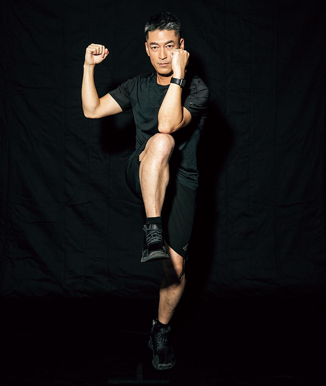 【STEP2】 膝を胸の高さまで引き上げ、反対の肘で膝を軽くタッチし、STEP1に戻る。