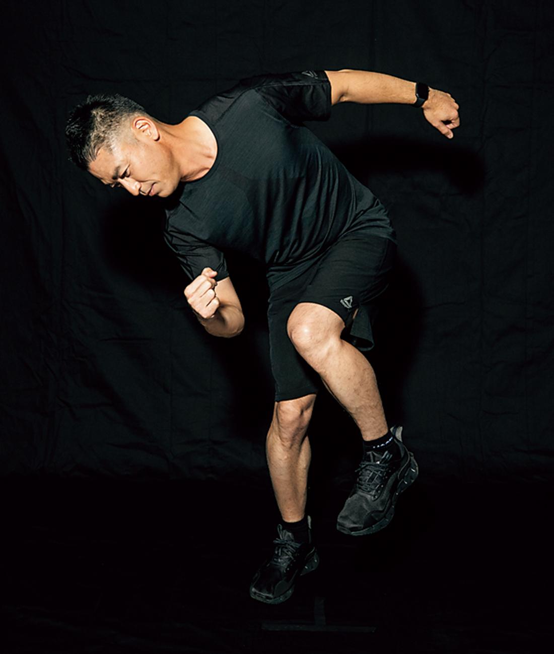 ✕ NG 体幹を意識し、姿勢はまっすぐに。上体が曲がると負荷が不足するので注意を。