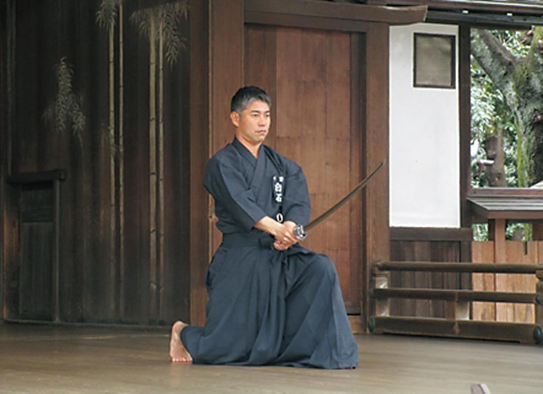 靖国神社で居合の奉納演武を行う白石氏