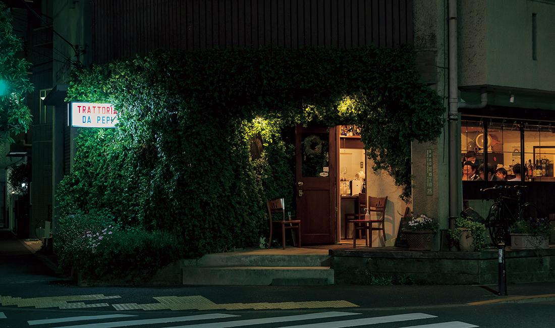 外壁に青々とした蔦が這う雰囲気のある店構え