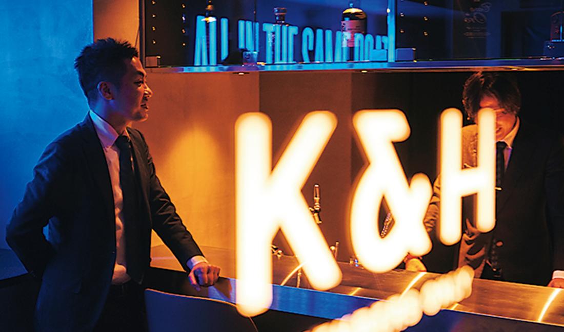 「K&H」の灯りがほのかに光る