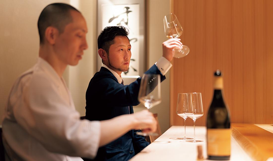 グラスワインの相談に乗る古井氏