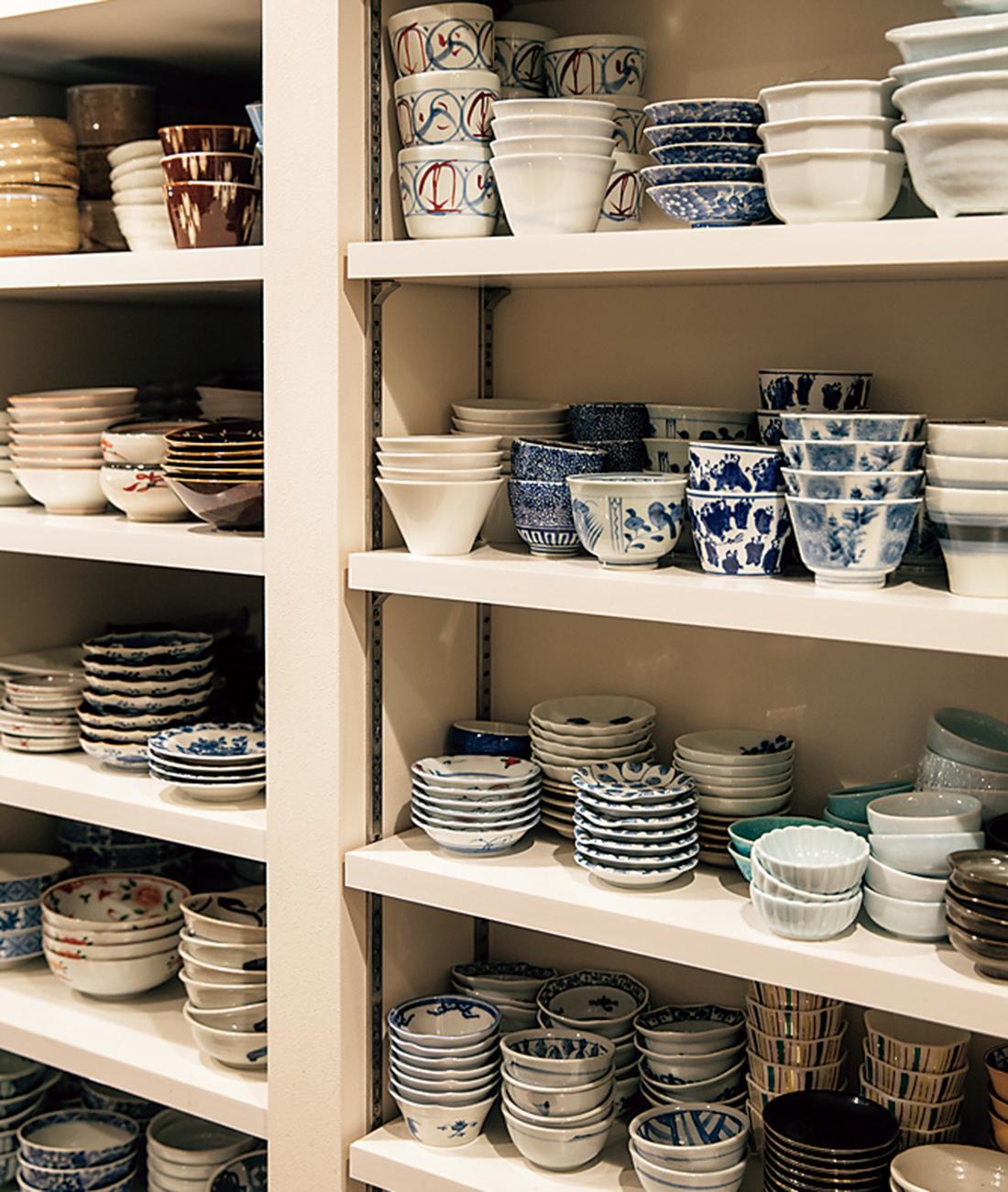 食器棚には小鉢や小皿がびっしり